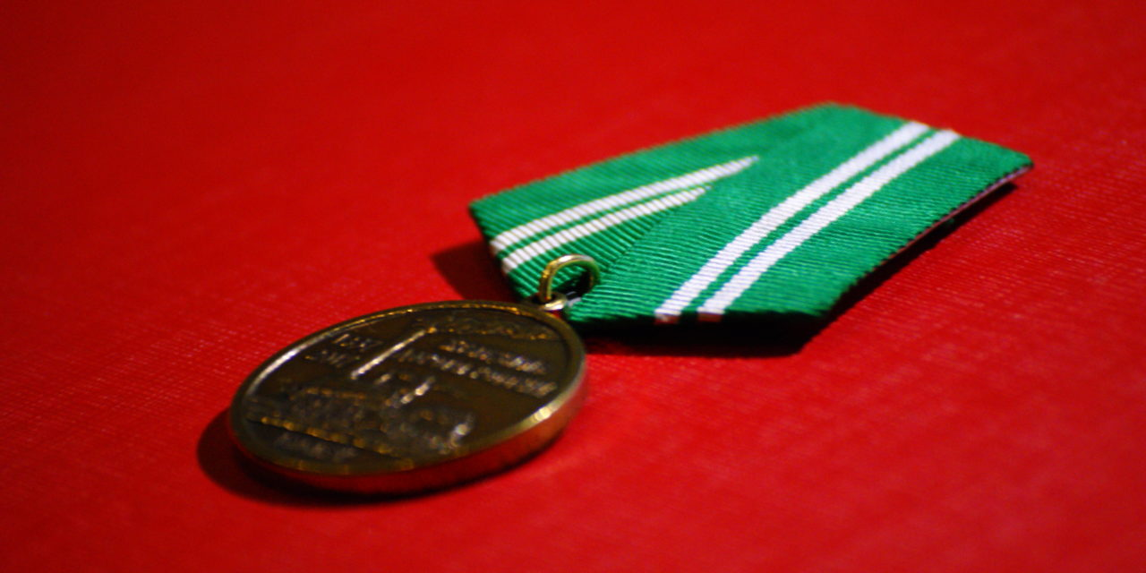 Председатель МОРО наградил общественников МОО «Железнодорожный транспорт» и вручил им памятные медали по итогам работы за 2017 год.